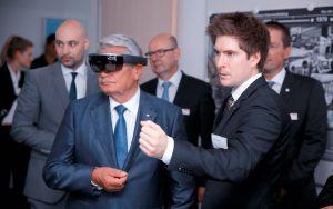 Bei seinem Besuch im Spitzencluster it's OWL überzeugte sich Bundespräsident Joachim Gauck von den Einsatzmöglichkeiten der Augmented Reality. Mit einer Datenbrille blickte er in eine Industriezentrifuge. (Bild: i't´s OWL Clustermanagement GmbH)