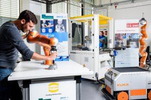 Im Mensch-Maschine-Interaktion-Transferlabor an der Universität Bielefeld können Unternehmen testen, wie sie Verfahren der intuitiven Bedienung und der interaktiven Robotik einsetzen können. (Bild: Universität Bielefeld)