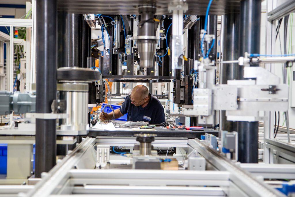In der Anlage von Schnaithmann arbeiten Mensch und intelliginte Systeme bei der Montage zusammen. (Bild: Gesamtmetall/Pit Junker)