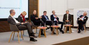 Dr. Andreas Fier (Deutsche Telekom), Iris Plöger (BDI), Prof. Dr. Thomas Bauernhansl (Universität Stuttgart), Dr. Klaus Mittelbach (ZVEI), Prof. Dr. Wolf Dieter Lu-kas (BMBF), Dr. Wolfgang Scheremet (BMWi), Prof. Dr. Henning Kagermann (Global Representative der Plattform Industrie 4.0) (v.l.n.r.) (Bild: ©BMWi, Anja Blumentritt)