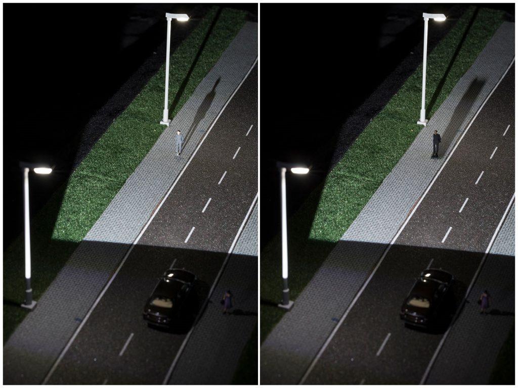 Der Camouflage-Effekt (links) lässt Fußgänger trotz guter Beleuchtung für Autofahrer unsichtbar werden. Intelligent vernetzte Auto- und Straßenbeleuchtung kann den Effekt aufheben (rechts) und mehr Sicherheit bringen. (Bild: Markus Breig, KIT)