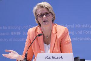 Anja Karliczek (Bild: ©Hans-Joachim Rickel / BMBF)