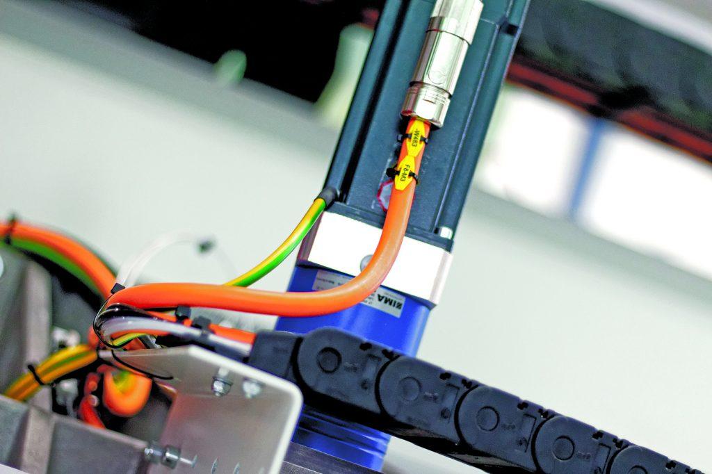 Bei der Hybridleitung werden die Feedbackadern direkt in der Servoleitung mitgeführt. (Bild: Helukabel/Detlev Haake HZWEIA)