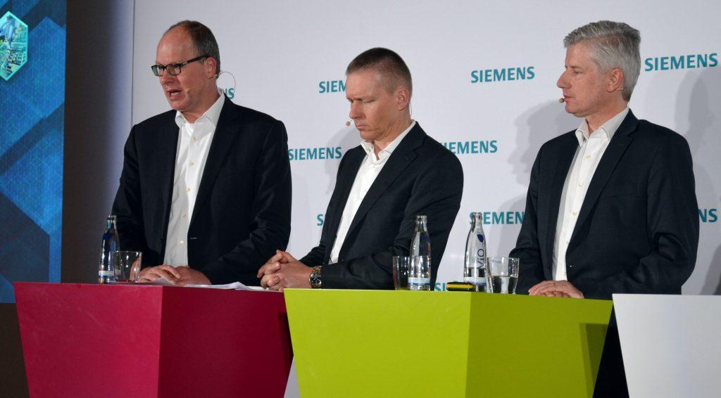 (von links nach rechts) Jürgen Brandes, CEO der Division Process Industries and Drives, Jan Michael Mrosik,  CEO der Division Digital Factory, sowie Ralf Christian, CEO der Division Energy Management, präsentierten in Herzogenaurach die Hannover Messe-Neuheiten von Siemens für ihre jeweiligen Bereiche. (Bild: TeDo Verlag GmbH)