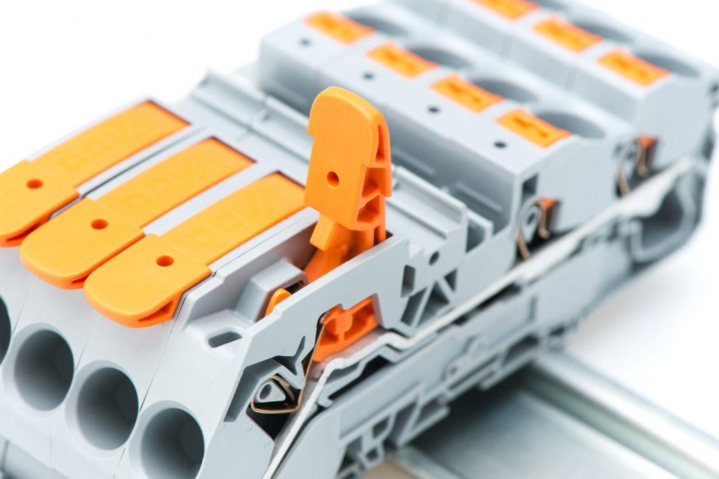 Die Topjob S-Reihenklemmen mit Hebel sind für alle Leiterarten geeignet: eindrähtige, mehrdrätige sowie feindrähtige Leiter mit und ohne Aderendhülse. (Bild: WAGO Kontakttechnik GmbH & Co. KG)