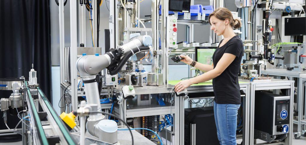 Agile Produktionssysteme mit lernenden Robotern machen die industrielle Produktion zukunftsfähig. (Bild: Sandra Goettisheim, Karlsruher Institut für Technologie)