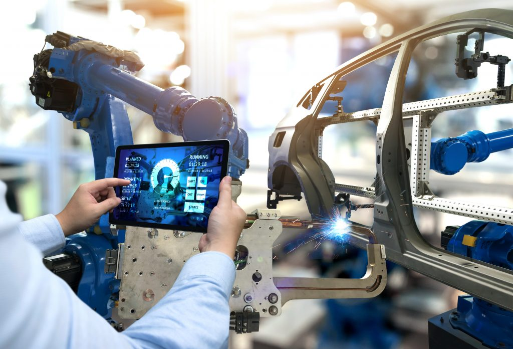 Engineer hand using tablet with machine real time monitoring system software. Automation robot arm machine in smart factory automotive industrial Industry 4th iot , digital manufacturing operation. (Bild: ©zapp2photo/Fotolia.com)
