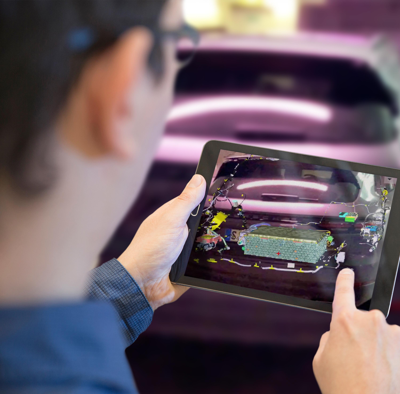 Defekte Bauteile am Fahrzeug mit einem Blick auf das Tablet erkennen - das ermöglichen die AR-Technologien des Fraunhofer IGD, vorgestellt auf der IAA 2019. (Bild: Fraunhofer-Institut IGD)